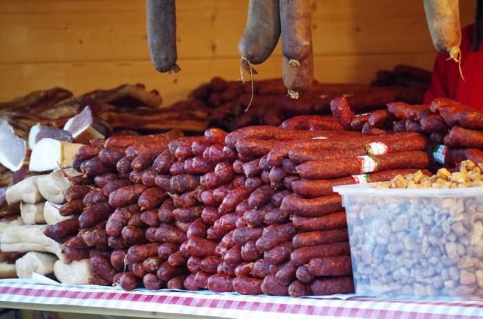 FOTO / Un Crăciun cu adevărat unic! Locul unde oamenii sărbătoresc cu brazi făcuți din cârnați
