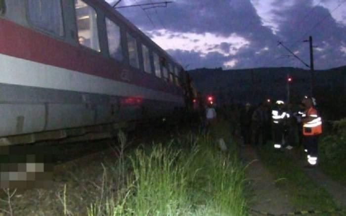 S-a aruncat în faţa trenului, chiar înainte de trecerea în noul an. Trupul bărbatului a fost târât mai mulţi metri de roţile locomotivei