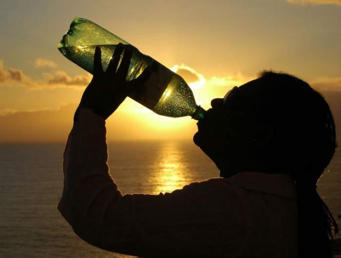 Câtă apă trebuie să bei pe zi? Află RĂSPUNSUL ca să fii SĂNĂTOS și să ai o TINEREȚE îndelungată