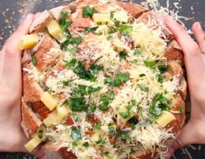 REȚETA ZILEI - MIERCURI: Pâine cu mozzarella și usturoi! Ți se face poftă doar când vezi imaginile