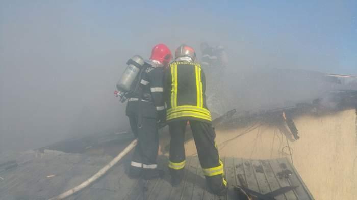 FOTO-VIDEO / Incendiu violent în Capitală! Patru locuinţe sunt cuprinse de flăcări