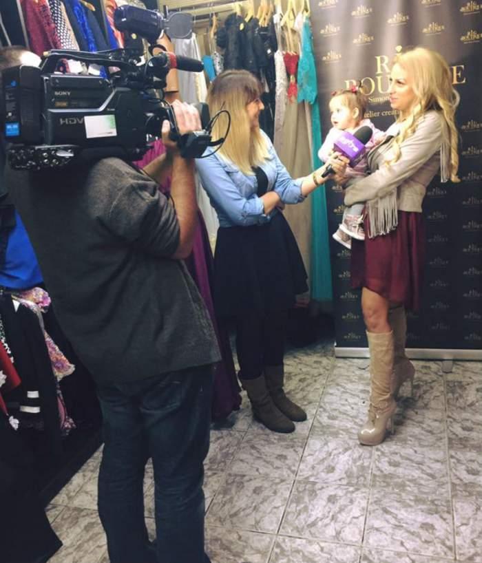 VIDEO / Sânziana Buruiană a părăsit România! Imaginile cu fiica ei sunt adorabile, dar unii dintre fani AU ATENŢIONAT-O pe vedetă