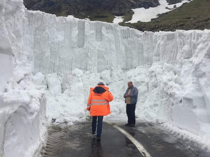 FOTO / Zăpadă de 5 metri în România la începutul verii! Autoritățile se luptă cu nămeții