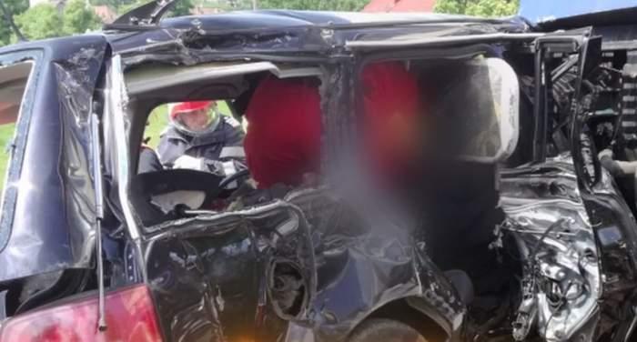 VIDEO / Accident grav în Bistriţa! O maşină a fost lovită de tren! Trei persoane au murit