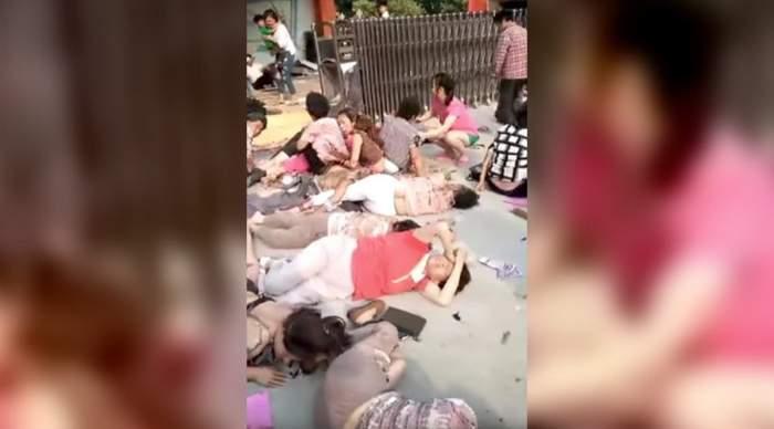 VIDEO ŞOCANT / Imagini însângerate, surprinse imediat după explozia devastatoare din faţa gradiniţei, din China! Copii morţi şi răniţi întinşi pe asfalt