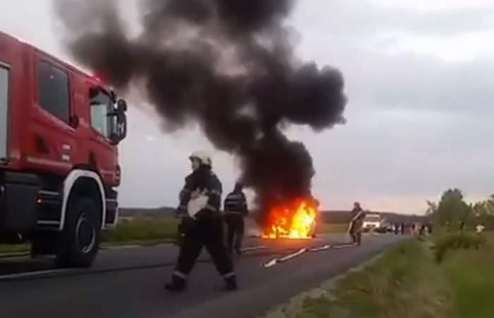 VIDEO / O maşină a izbucnit în flăcări în mijlocul drumului! Cum a reacţionat şoferul