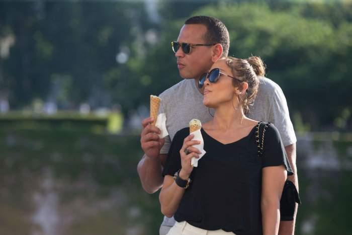 """FOTO / Ţi se ridică nivelul în """"instalaţie"""" când o vezi pe Jennifer Lopez cum mănâncă îngheţată! Paparazzii au surprins tot"""