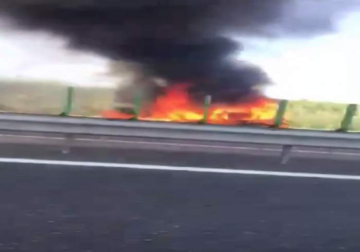 VIDEO / O mașină a luat FOC pe Autostrada Soarelui! Traficul este total BLOCAT