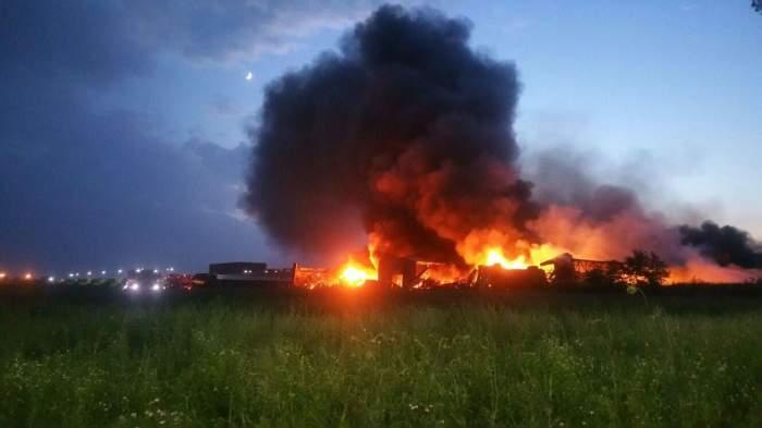 VIDEO / UPDATE incendiu de proporţii în Baloteşti: Două persoane au primit îngrijiri medicale, iar pompierii avertizează localnicii