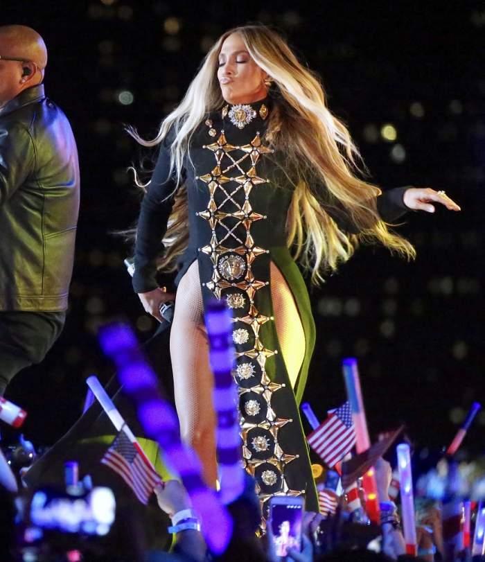 FOTO / Ups! Jennifer Lopez, fără lenjerie intimă pe scenă?! Imaginile care o dau de gol