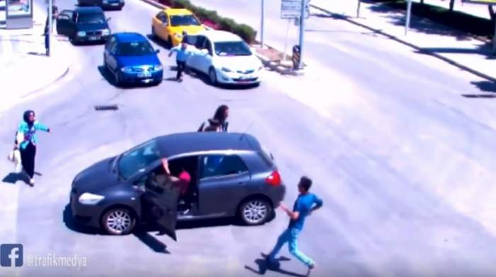 O şoferiţă pierde pe drum scaunul de bebeluş, cu tot cu copil, apoi opreşte, dar nu trage frâna de mâna. Ce a urmat este IREAL
