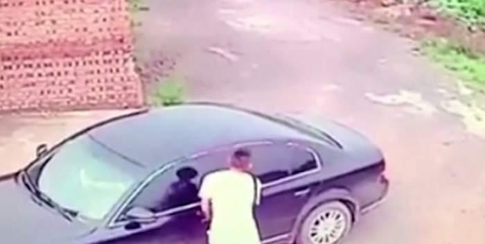 VIDEO / A vrut să jefuiască o mașină, dar l-a găsit pe proprietar făcând SEX în ea!