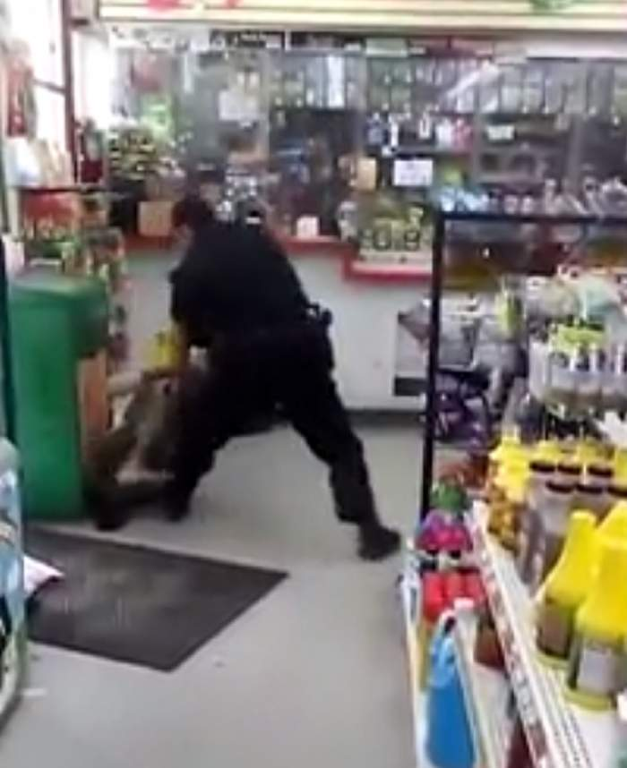 VIDEO / Un polițist lovește cu brutalitate un om al străzii! Imaginile sunt greu de privit