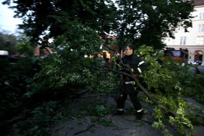 VIDEO / PLAN ROŞU de intervenţie în Bihor! Cel puţin o persoană a murit din cauza unei furtuni violente