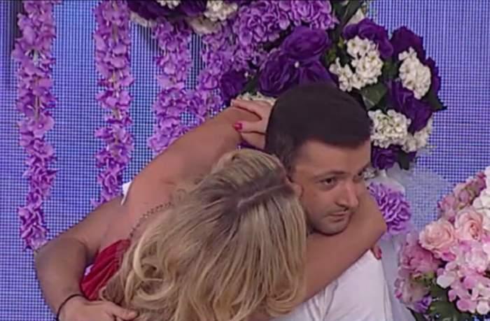 """VIDEO / O blondă sexy a sărit în braţele lui Mihai Morar în ultima emisiune """"Răi da' Buni"""" din acest sezon! Mădălina Bălan a îndeplinit provocarea"""
