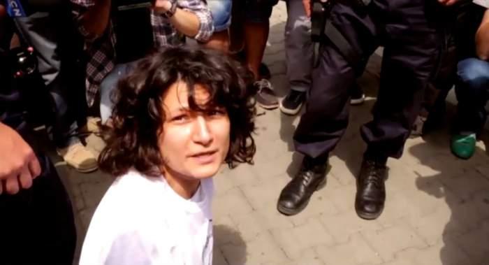 """VIDEO / Imaginile care au revoltat o ţară întreagă! Actriţa săltată în urlete de jandarmi: """"Nu deranjez! Vreau doar să ascult"""""""
