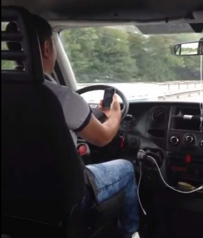 REVOLTĂTOR! Distras de filmuleţe pe internet, un ŞOFER DE MICROBUZ uită de atenţia la drum şi nu-şi mai ridică ochii din telefon