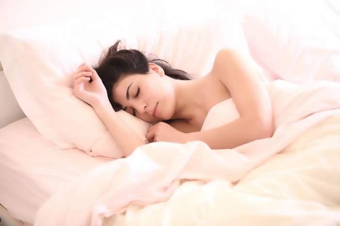 ÎNTREBAREA ZILEI: Câte ore trebuie să dormi ca să nu te îngrași?