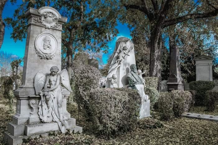 Sentință neobișnuită! O femeie e obligată să plătească daune morale nurorii pentru mesajul de pe mormântul fiului! Ce a scris mama îndurerată