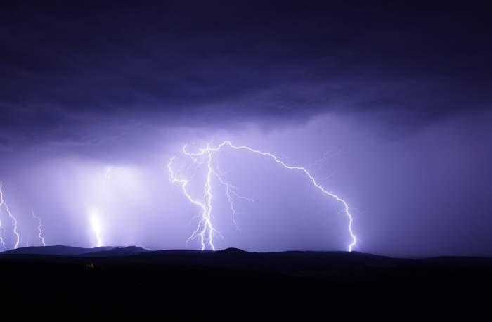 COD GALBEN de ploi cu descărcări electrice, grindină şi vânt! Unde vine potopul şi cum va fi vremea mâine