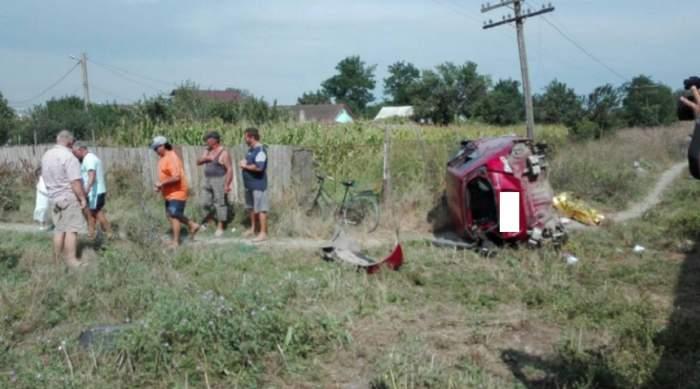FOTO / Accident grav între o maşină şi un tren în Tuzla. Un bărbat a murit după ce a fost proiectat prin parbriz şi strivit de autoturism