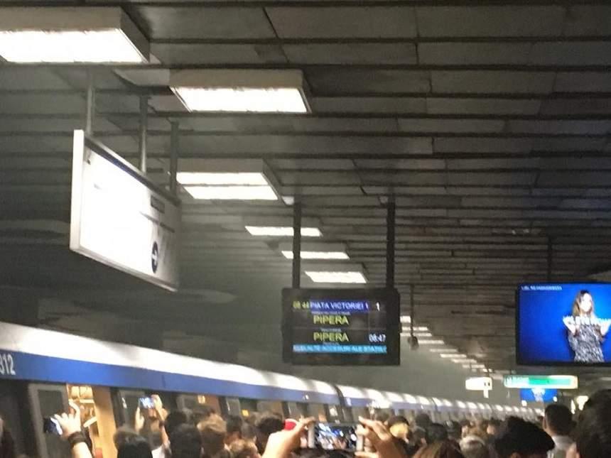 Panică la metrou! Stația Piața Victoriei, cuprinsă de fum