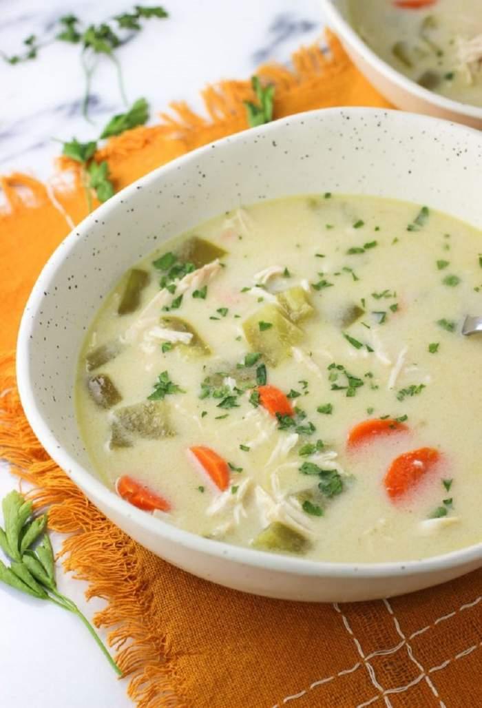 Supă de pui cu lapte de cocos şi curry