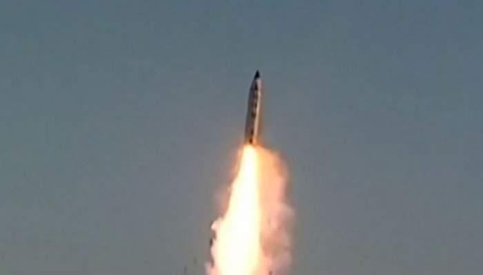O rachetă lansată de Coreea de Nord, aproape să doboare un avion cu 323 de persoane la bord!