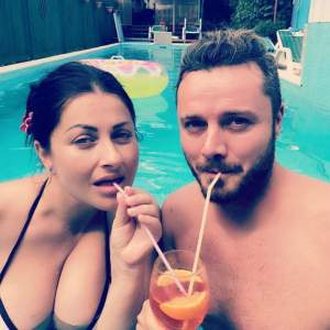 Gabriela Cristea şi Tavi Clonda s-au pozat pe plajă! Atenţia a fost la costumul de baie al prezentatoarei