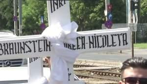 """VIDEO / Cuvintele sfâșietoare ale tatălui în timp ce fetițele sale călcate de tren erau coborâte în mormânt: """"Vreau să mor"""""""