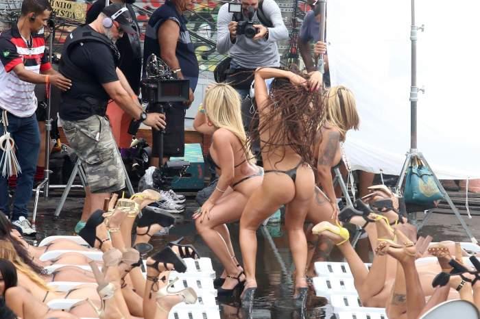 FOTO / Scene ca pentru filmele de adulți! O focoasă braziliancă face senzație într-un costum de baie minuscul