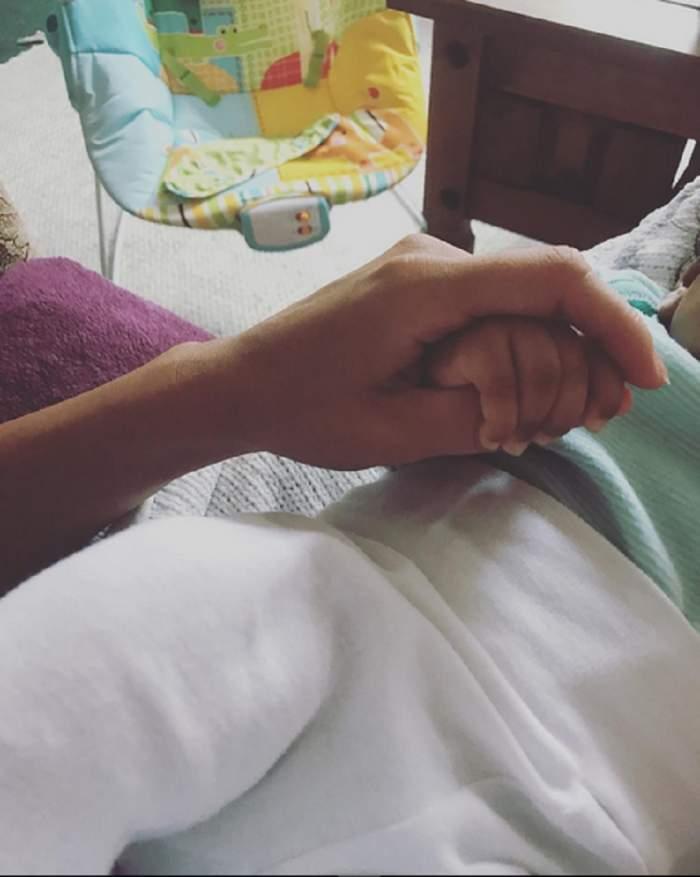"""Nicoleta de la """"Insula Iubirii"""", mărturisire-surpriză la o poza în care ţine de mână un bebeluş: """"Mămică de fetiţă"""""""