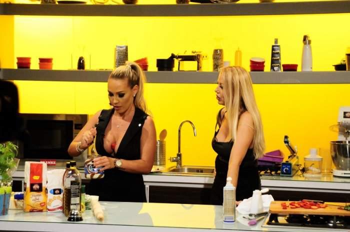 """FOTO / O starletă Playboy, gesturi erotice la """"Chefi la cuţite""""! Nu s-a putut abţine şi şi-a băgat un fruct între sâni"""