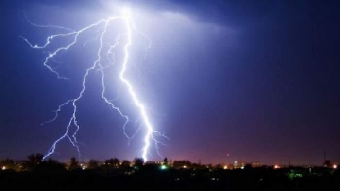 Furtună în mai multe zone ale țării! Cod galben de ploaie însoțită de descărcări electrice, vânt și grindină