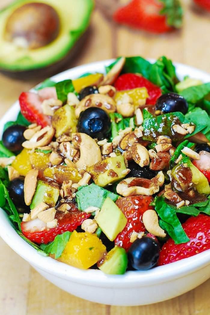 O gustare sănătoasă! Salată de căpşuni, spanac şi caju