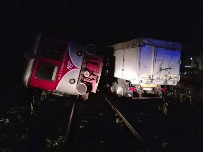 Un tren de pasageri s-a ciocnit cu un tir. Mai multe persoane sunt rănite