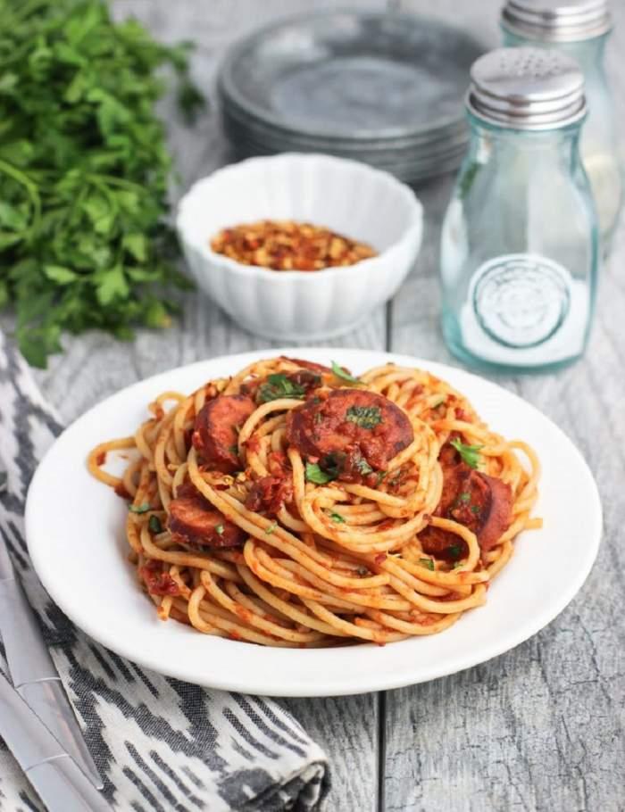 Spaghete cu vin roşu şi cârnaţi afumaţi