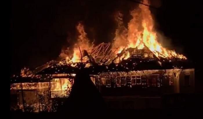 VIDEO / Incendiu de puternic la Novaci! O casă a fost făcută scrum. Pompierii au intervenit de urgență