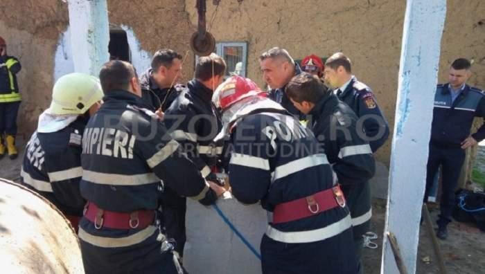 Mobilizare majoră în judeţul Buzău! Pompierii se luptă să scoată un bărbat căzut într-o fântână