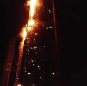 """VIDEO / Un zgârie-nori, mistuit de un incendiu violent! Clipe de teroare: """"Salvează-te! Flăcările se răspândesc repede în clădire"""""""