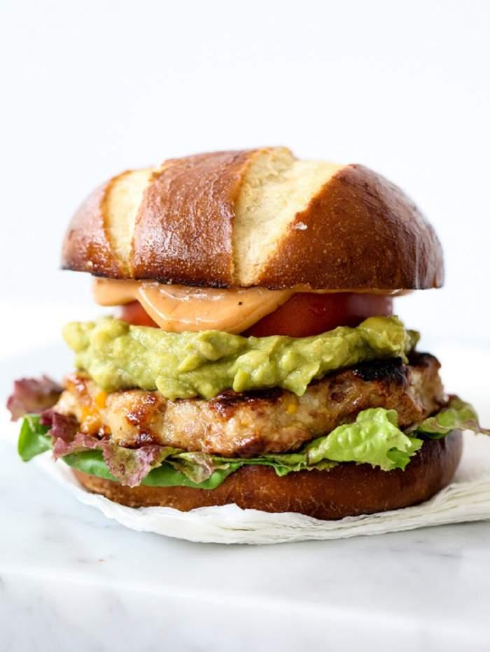 Burger de pui cu guacamole şi sos barbecue