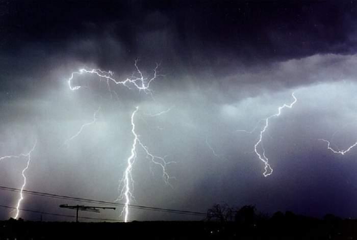 A venit toamna, vin și furtunile! Meteorologii anunță ploi și temperaturi scăzute