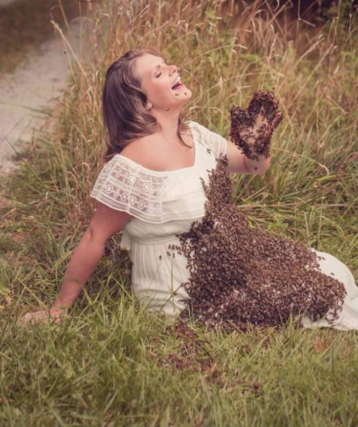 VIDEO / Imaginile cu o femeie însărcinată acoperită de peste 20.000 de albine a devenit virală! Povestea ei a strânit controverse