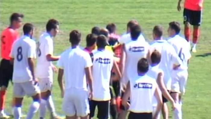 Clipe de groază pe un stadion din România! Jucătorii s-au luat la bătaie pe teren!