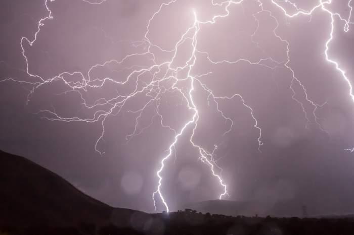 Avertizare meteo: COD GALBEN de furtună însoţită de grindină şi descărcări electrice în câteva judeţe din ţară