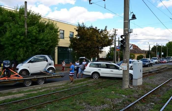FOTO / Bebeluş, implicat într-un accident grav! În urma impactului, o maşină a fost proiectată pe linia de tramvai