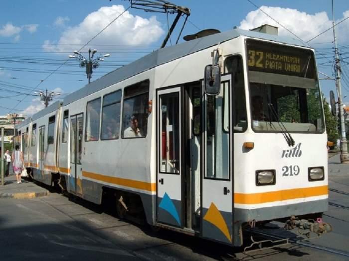 Incident în Bucureşti! Un bărbat a fost prins sub un tramvai