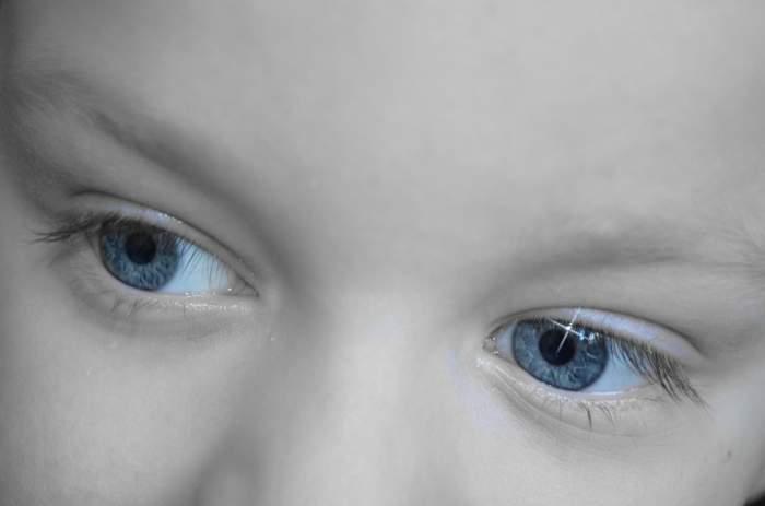 Caz cutremurător. Un vierme parazit s-a instalat în ochiul drept al unui tânăr. Medicii sunt şocaţi