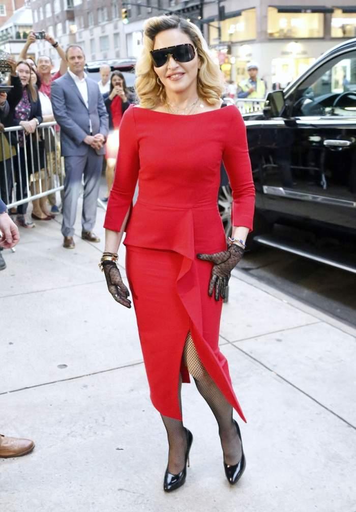 """FOTO / """"Lady in red"""" la 59 de ani! Madonna încearcă, dar greu reuşeşte să îşi mascheze vârsta"""