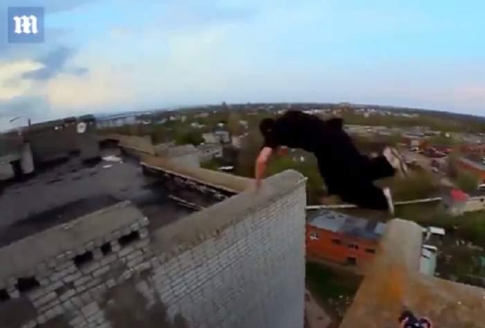 VIDEO / Îţi stă inima în loc! S-a filmat în timp ce sare de pe o clădire de nouă etaje pe alta. Imaginile-s virale